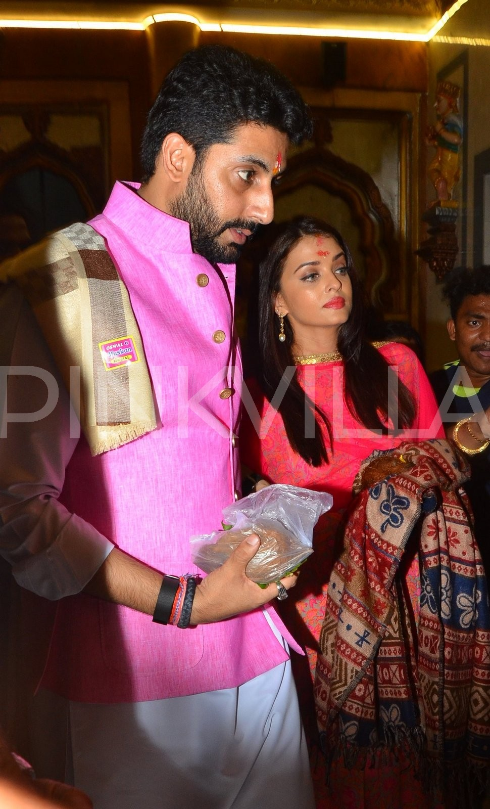 These pictures of Aishwarya and Abhishek performing pooja at a ...