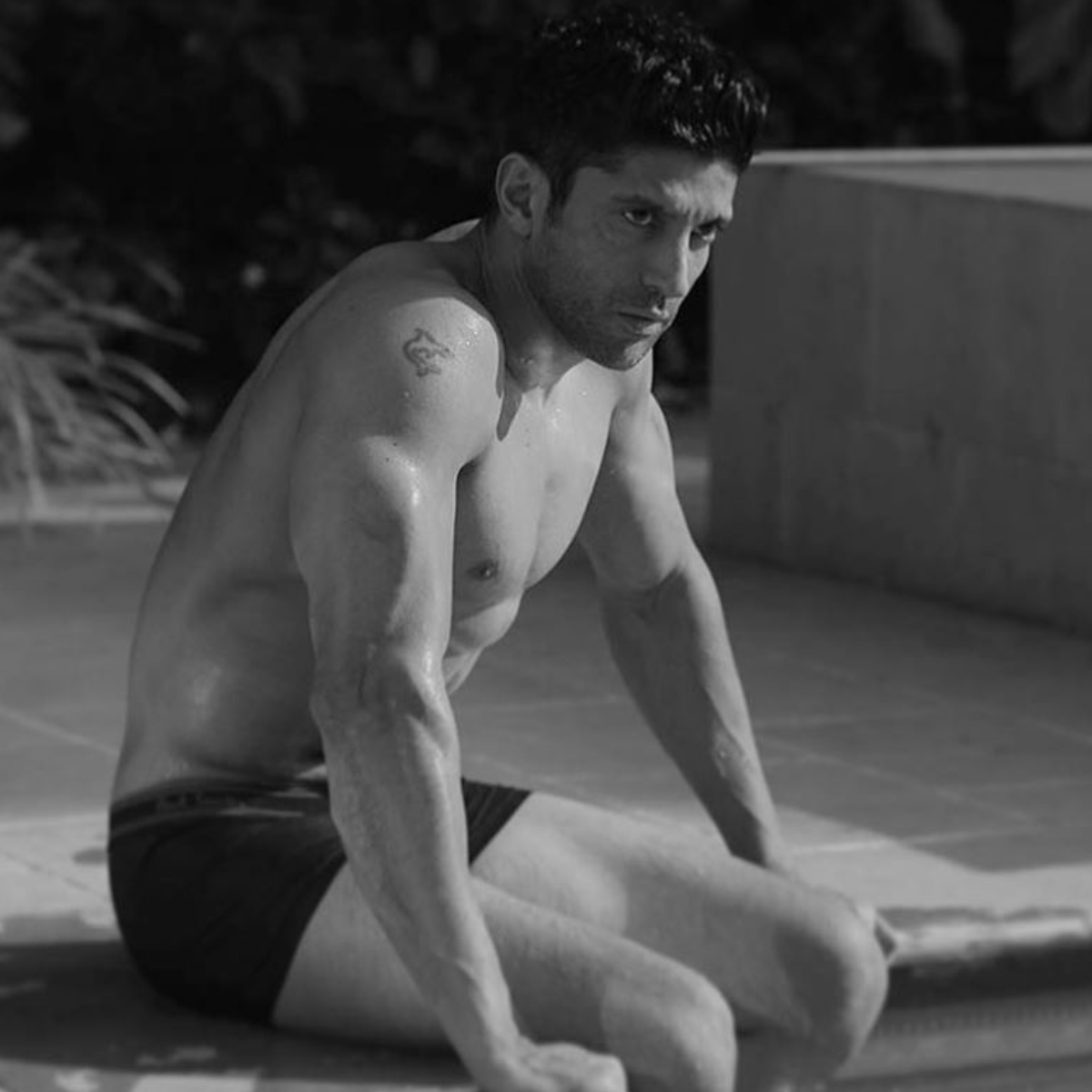 Photo: Farhan Akhtar shows off his washboard abs and gives the perfect Tuesday vibe; Check it out