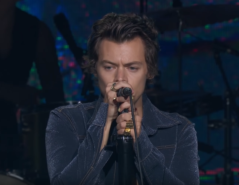 Harry Styles SURPRISES fans by performing the One Direction song What Makes You Beautiful