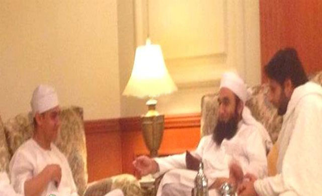 both the celebrities speaking with Maulana Tariq Jamil.