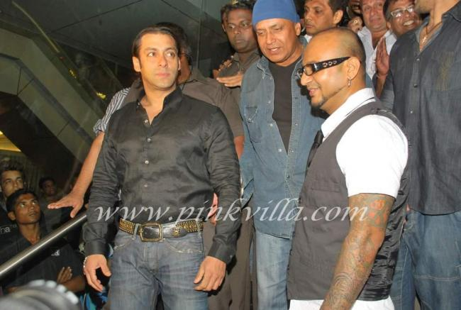 Salman at aalim hakim 39 s salon launch pinkvilla for Aalim hakim salon mumbai