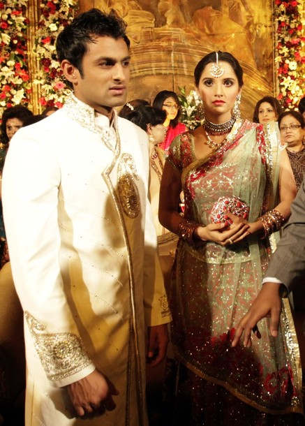 Sania Mirza And Shoaib Malik Wedding Reception Photos From S Home Town Of Sialkot Her Outfit Is Designed By Shantanu Nikhil