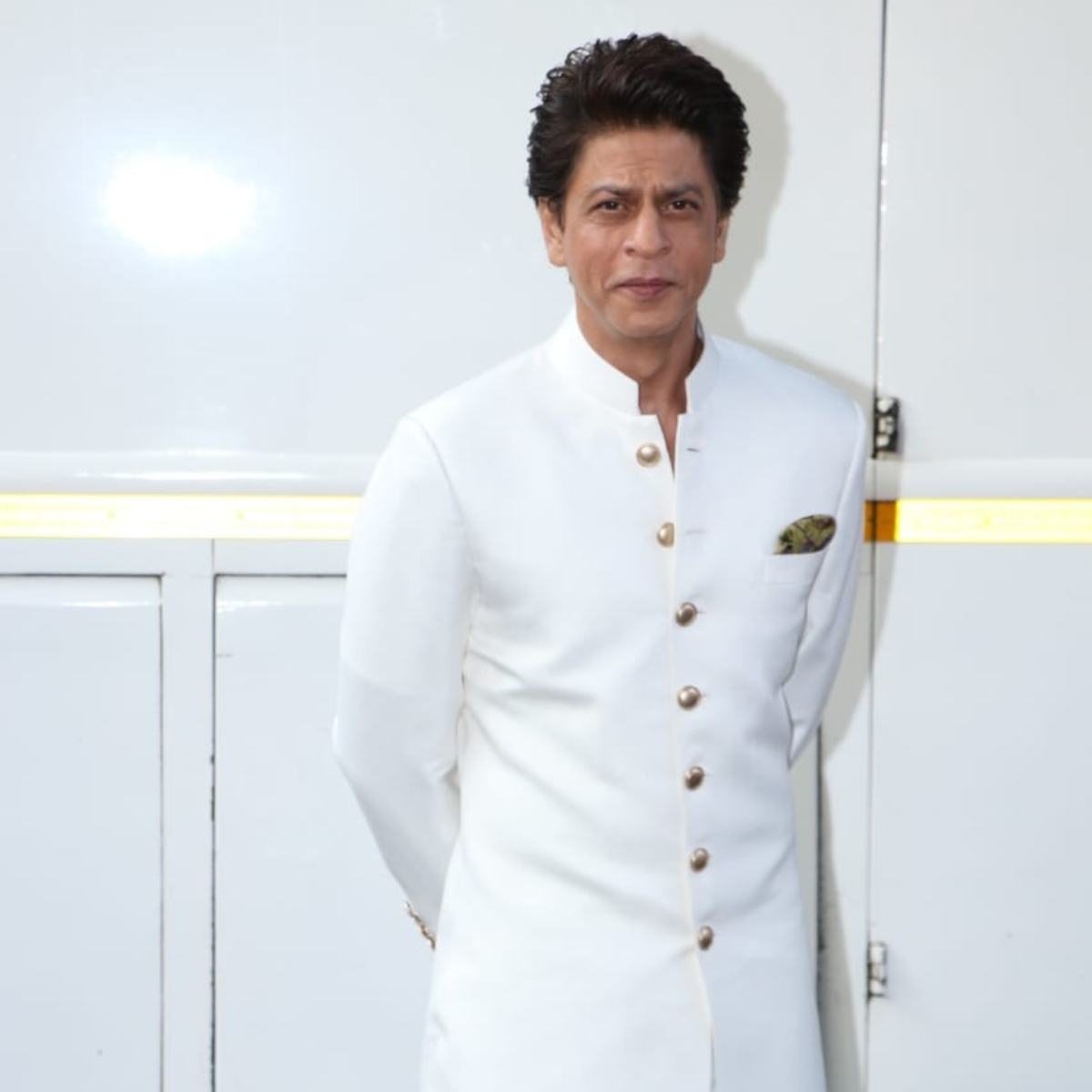 PHOTOS: Shah Rukh Khan steps out donning an all white pathani suit as he gets spotted on sets of Dance Plus 5