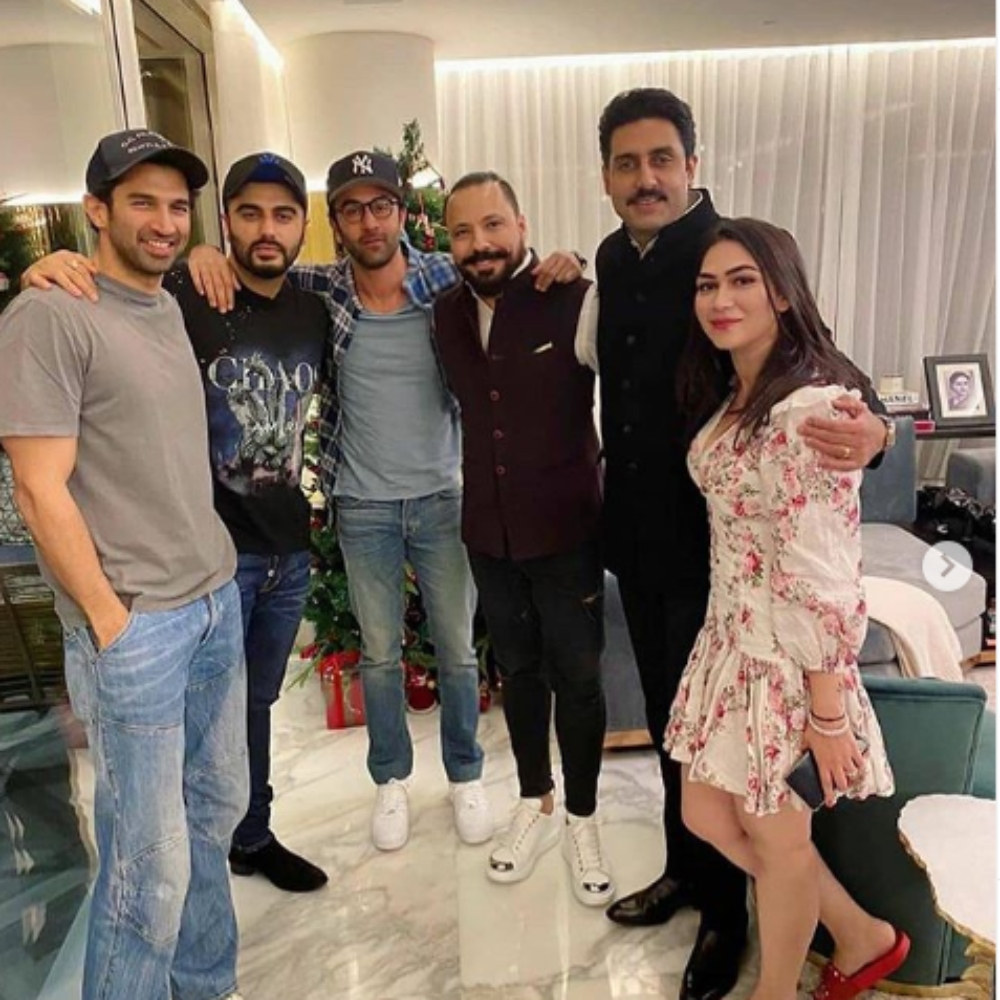 Ranbir Kapoor, Arjun Kapoor, Abhishek Bachchan & others catch up over dinner; View PIC