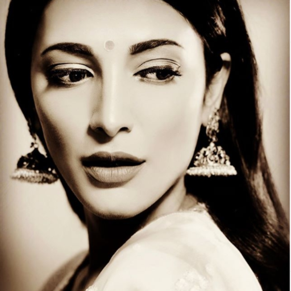 Shruti Haasan leaves us awestruck with her latest monochrome PIC & we can't stop staring; Check it out