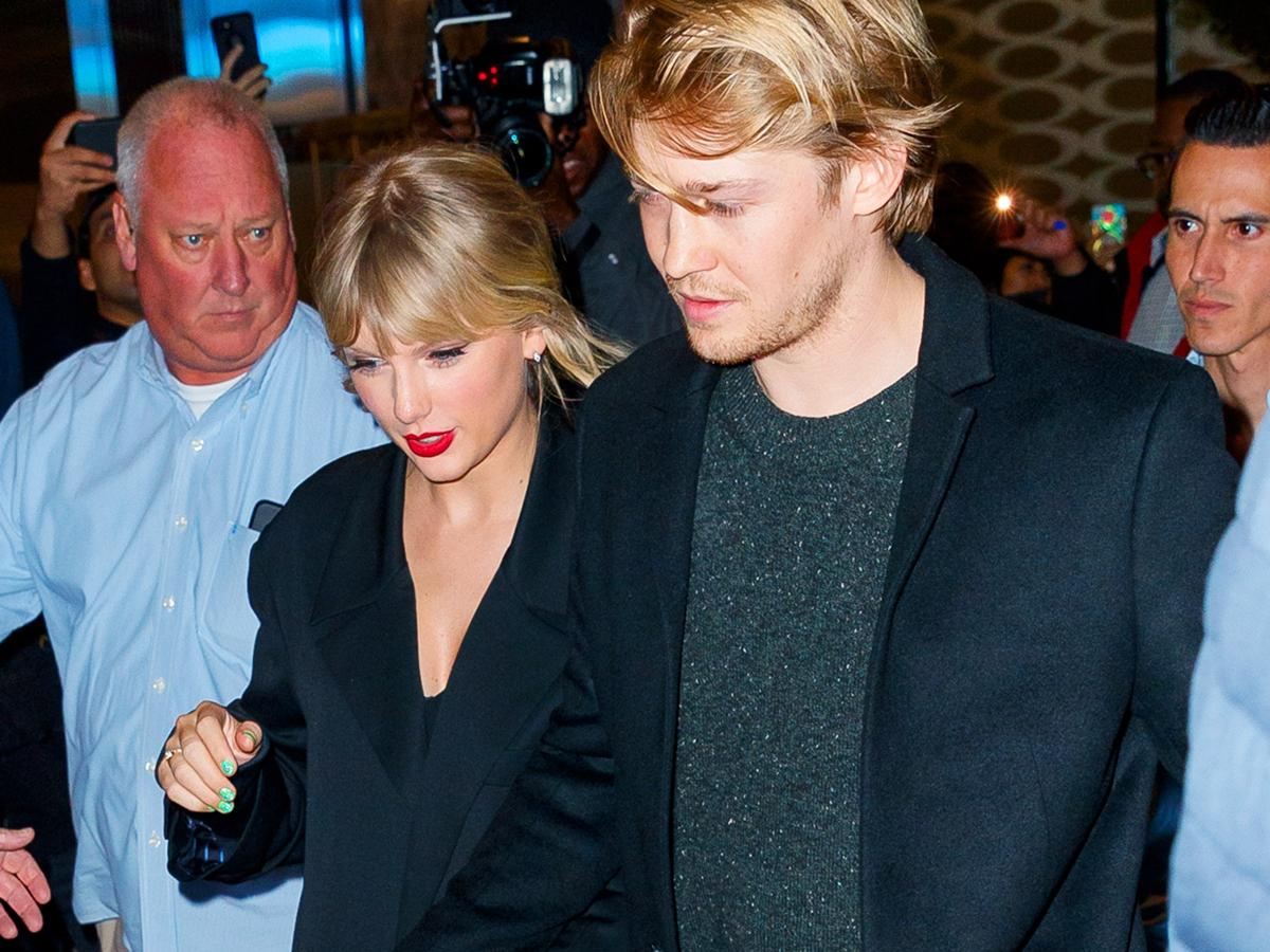 Taylor Swift Sports A Suspicious Ring As She Clinches Joe Alwyn S Hand At The Snl After Party Is She Engaged Pinkvilla