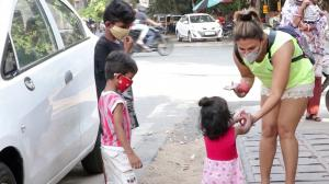 """Bheek mat maang; School jao"" Rakhi Sawant's sweetest encounter with small kids as she offers them fruits"