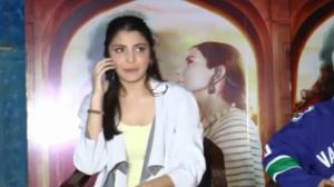 Anushka picked up reporter's MOM'S call mid-interview; Says 'Aunty, woh mera interview le rahi hain'