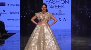 Divya Khosla gracefully embraces her wardrobe malfunction at the LFW 2020