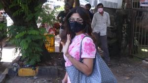 Now that's what you call HOT pink! Shilpa Shetty reacts 'KYA' as paparazzi gets excited