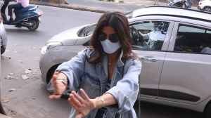 """Arey Durr Hato Yaar"" Safety first for Shilpa Shetty Kundra as she snaps at paparazzi for not wearing masks"