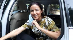 """Yaar jaane do"": Requests Jasmin Bhasin to the paparazzi as she seemed to be in a hurry"
