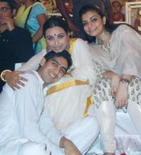 This is an old pic from the Mukerji's puja in 2010. Think it's so cute how Rani and Kajol are with Ayan!