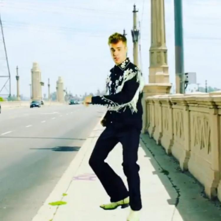 Ed Sheeran Justin Bieber I Don T Care: Justin Bieber Is An Adorable Goofball In 'I Don't Care
