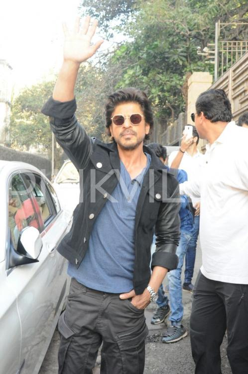 pinkvilla.com - Raees By Rail! SRK spotted leaving Mannat; gears up for his train journey