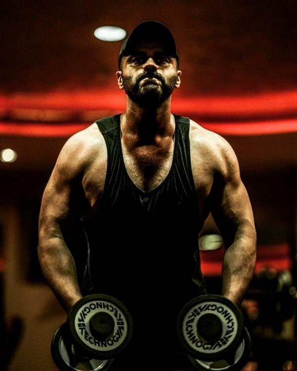 Arjun Kapoor flexes his muscles in a throwback photo as he preps for Panipat, Janhvi Kapoor is in awe