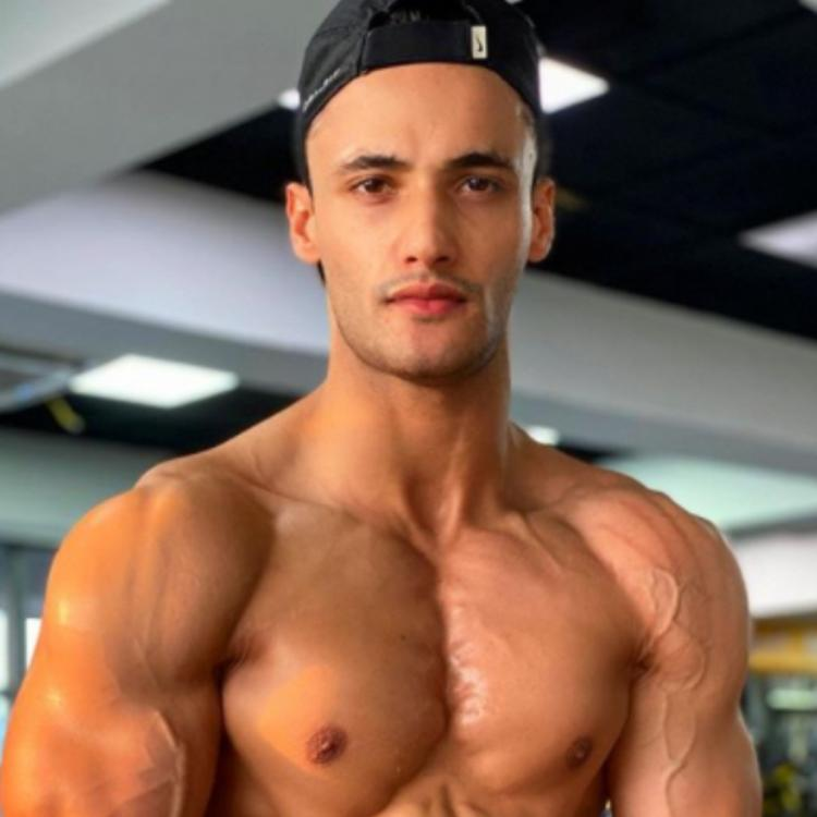 Asim Riaz gives fans weekend fitspiration as he flaunts his pumped up muscles and well toned body; See photo