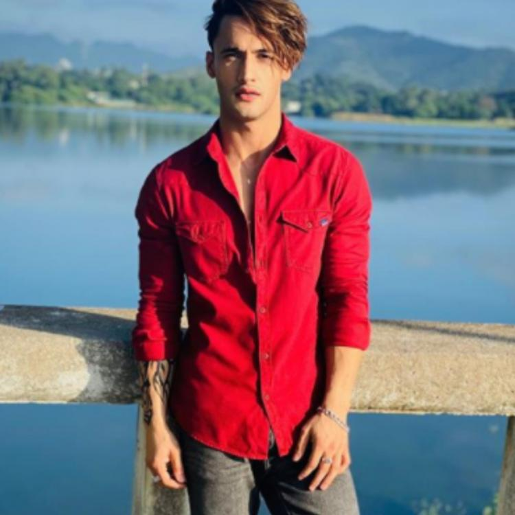 Asim Riaz paints the town red as he sports smart casuals while enjoying in the 'City of Lakes'; See Pics