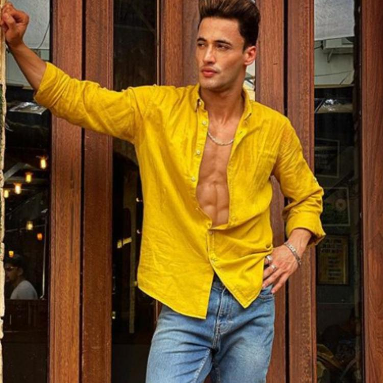 Asim Riaz shares an inspiring note on 'love what you do' as he flaunts his perfectly toned body; See photos