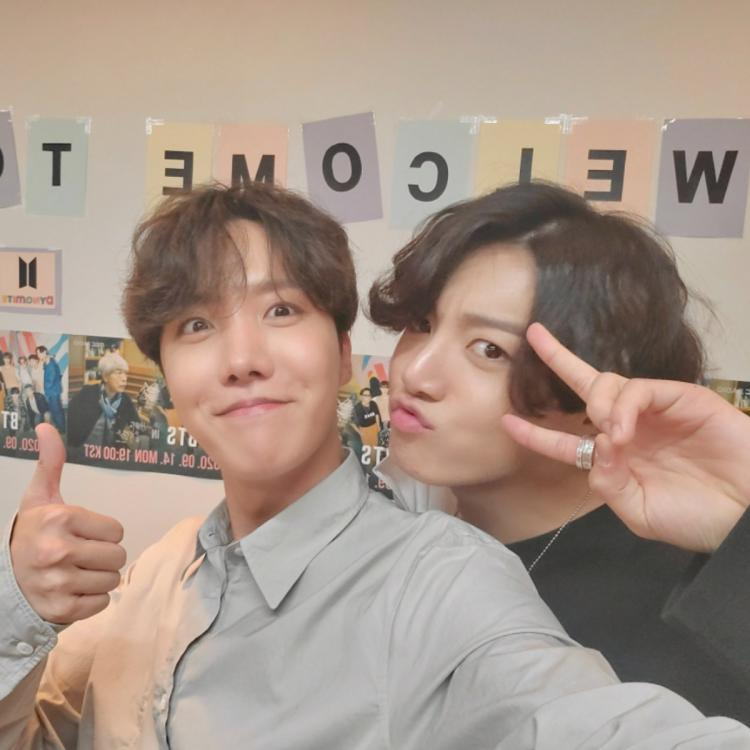 BTS singer Jungkook turns his goofy mode on as he gatecrashes J-Hope's selca; See PHOTOS