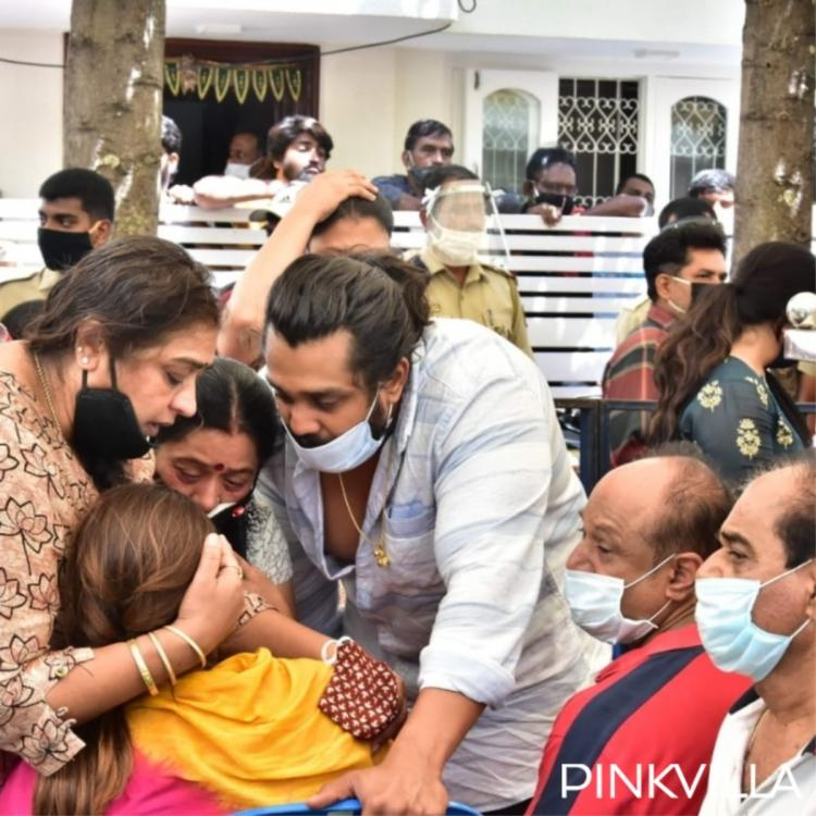 Chiranjeevi Sarja Funeral Wife Meghna Raj Breaks Down As Hundreds Of Fans Gather To Pay Their Last Respects Pinkvilla