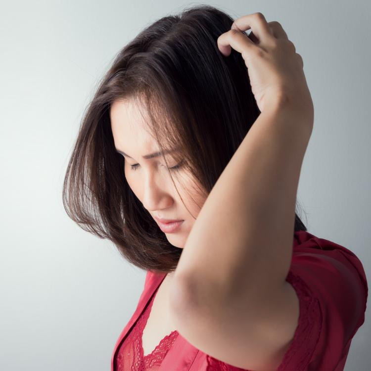 Do you have dandruff and itchy scalp? THESE 2 DIY home remedies will help you to deal with it