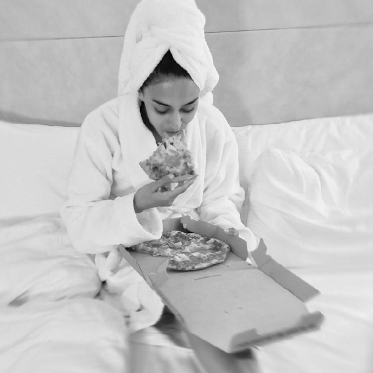 Kasautii Zindagii Kay's Erica Fernandes relishing a pizza before getting ready is giving us major chill vibes