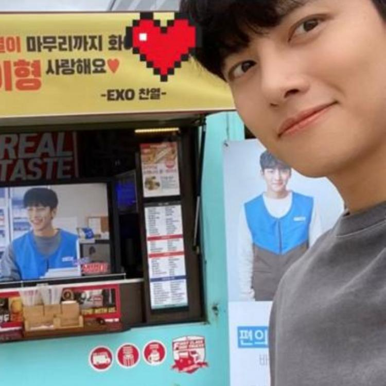 Last year, Chanyeol had sent a coffee and churros truck to the sets of Ji Chang-wook's Melting Me Softyas well.