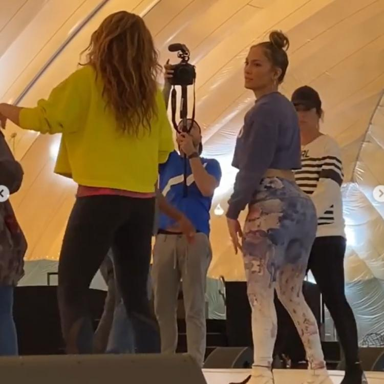 Jennifer Lopez gives Shakira a tutorial on twerking at the Super Bowl rehearsal; Shares a glimpse on Instagram