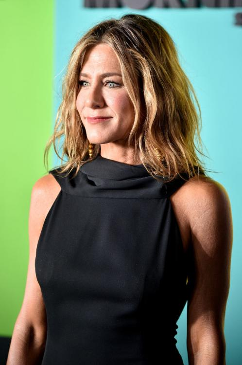 Jennifer Aniston's classic black dress & tousled hair make for a look that EVERY diva needs to try immediately