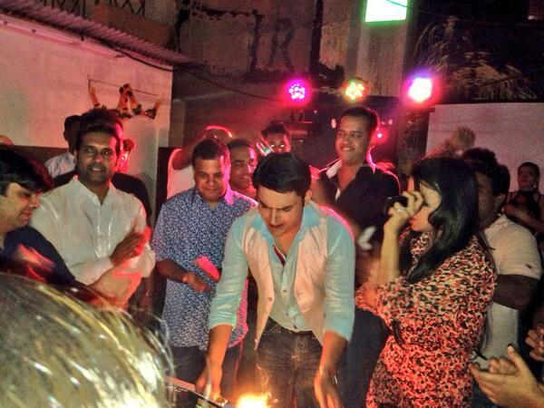 Kapil Sharma celebrating his Birthday images, kapil sharma cake cutting pics