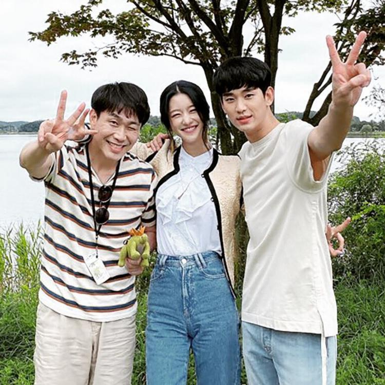 Kim Soo Hyun BROKE DOWN while filming two It's Okay To Not Be Okay's finale scenes with Seo Ye Ji & Oh Jung Se