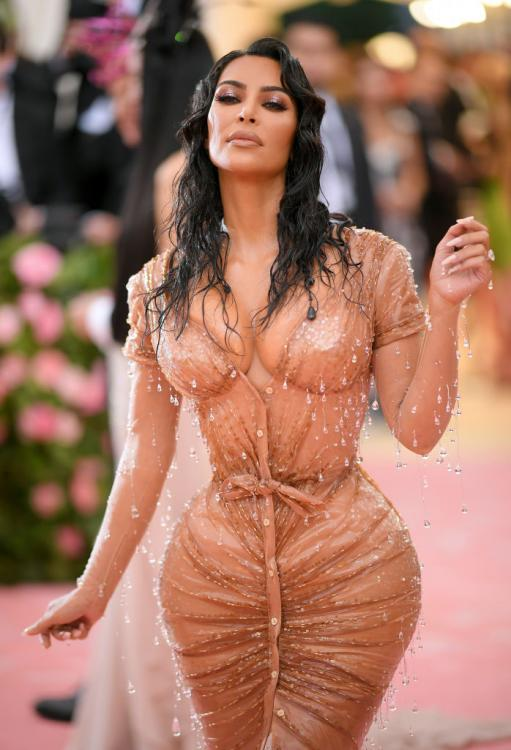 WHAT? Kim Kardashian wears a bouquet of flowers as a dress and leaves the internet confused