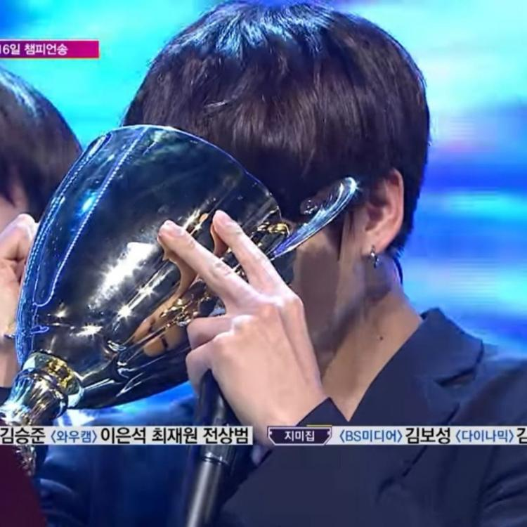 Memorable encore stages feat. BTS' Jungkook drinking water from Show Champion's trophy