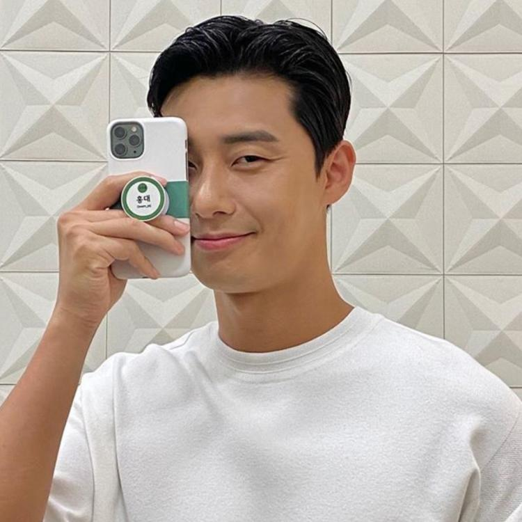 Park Seo Joon flashes his contagious smile in a new selfie and Wooga Squad member Park Hyung Sik is all hearts