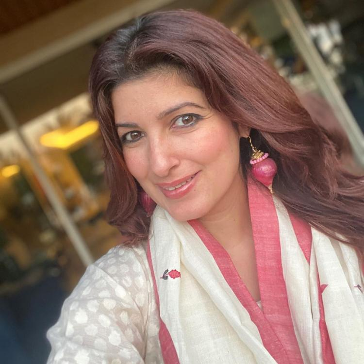 PHOTO: Twinkle Khanna poses for a selfie flaunting her onion earrings gifted by Akshay Kumar