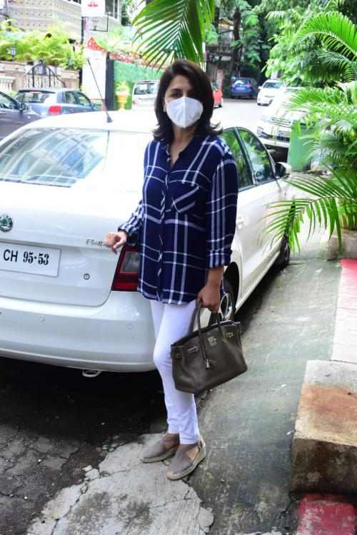 PHOTOS: Neetu Singh waves and smiles at the paparazzi as she gets clicked outside a clinic