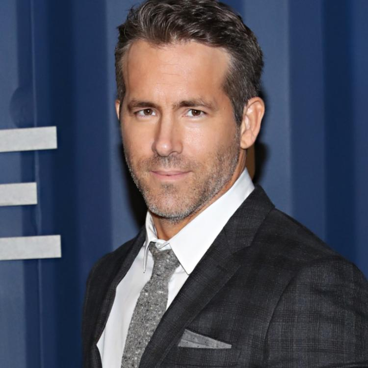 Ryan Reynolds watches Green Lantern for the first time