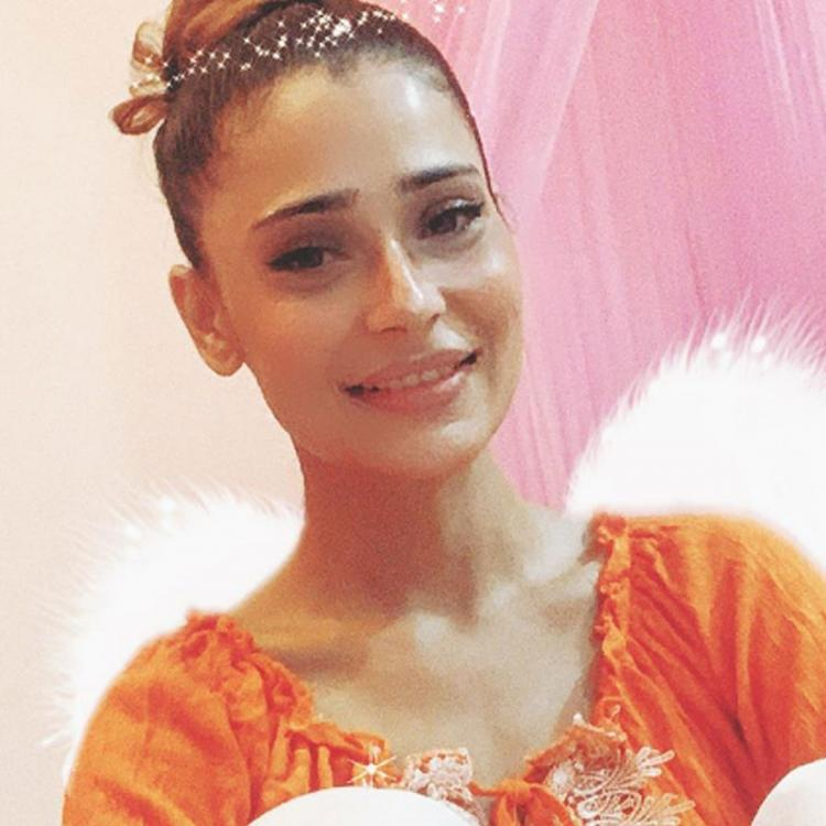 Sara Khan in home quarantine after testing positive for COVID 19; Hopes to recover soon from 'stupid virus'