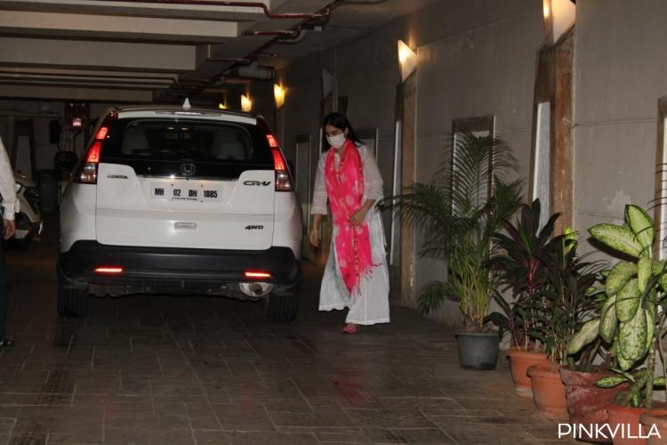Sara Ali Khan's weekend plan includes chilling with Taimur, Kareena, Saif as she gets papped at his house;PICS
