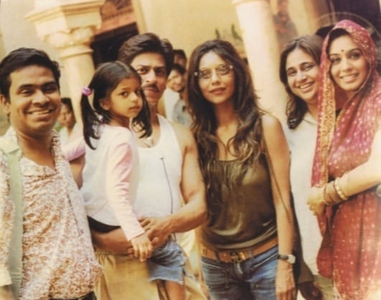 Shah Rukh Khan posing with tiny Suhana, Gauri & Rani Mukerji from sets of Paheli is picture perfect