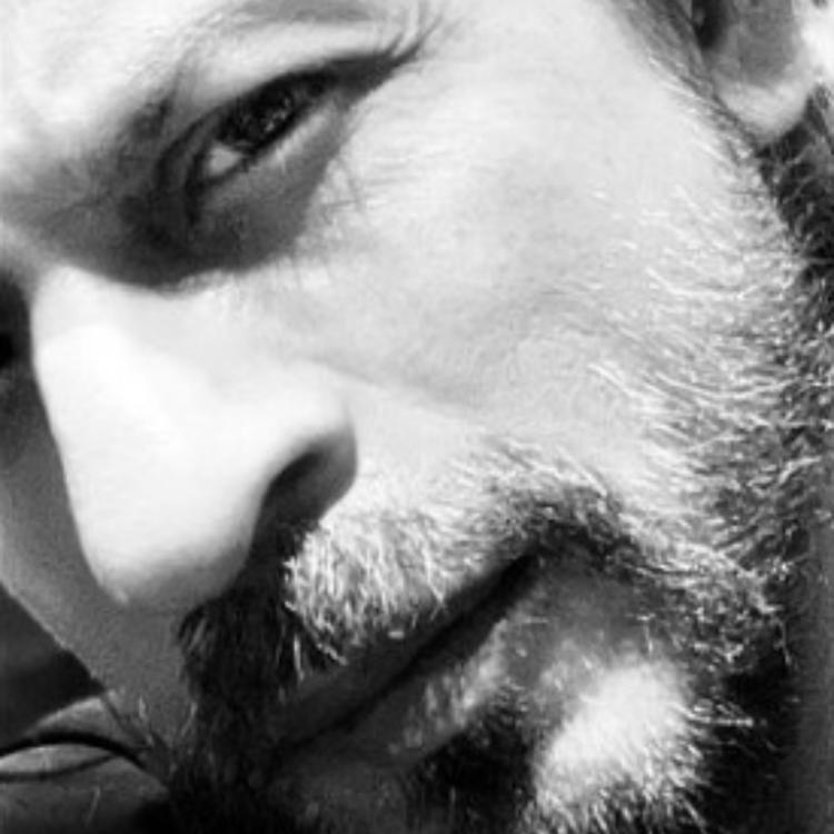 PHOTO: Shah Rukh Khan wishes fans 'safe & healthy' days as he gears up to trim his lockdown beard