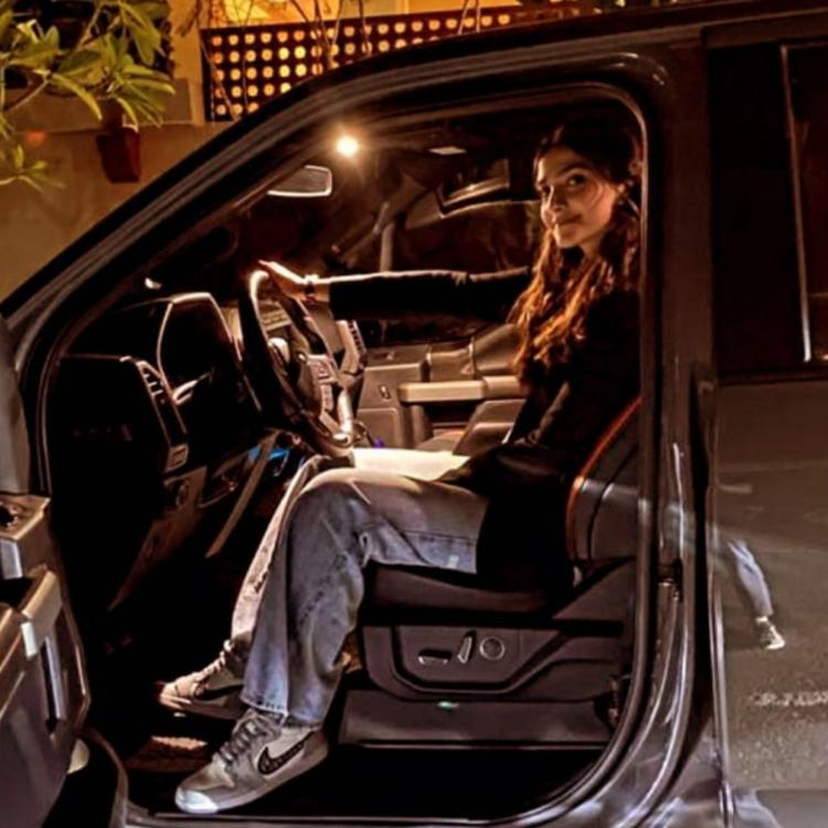 sonam kapoor drives, anand clicks but deletes later