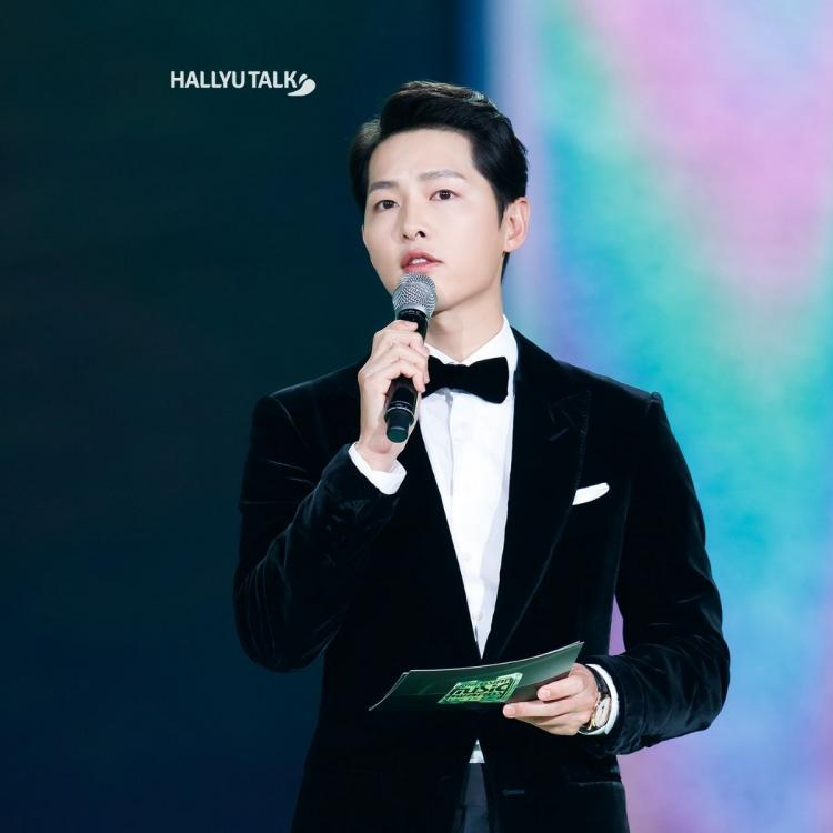 Actor Song Joong-gi is posing at the 2020 Mnet Asian Music Awards