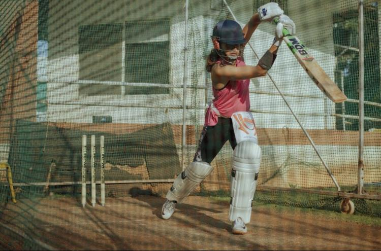 Taapsee Pannu hits away Monday blues with cricket practice