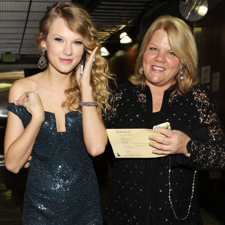 Taylor Swift says 'I love you' to mom Andrea after CMT Award win