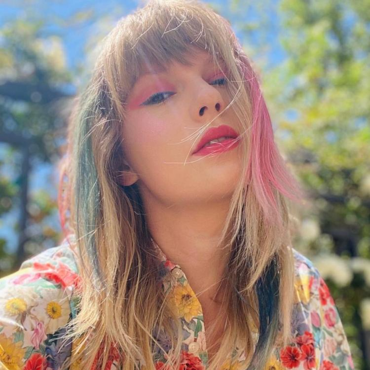Taylor Swift, mum Andrea generously donate USD 50K to a family who lost their father to Covid 19.