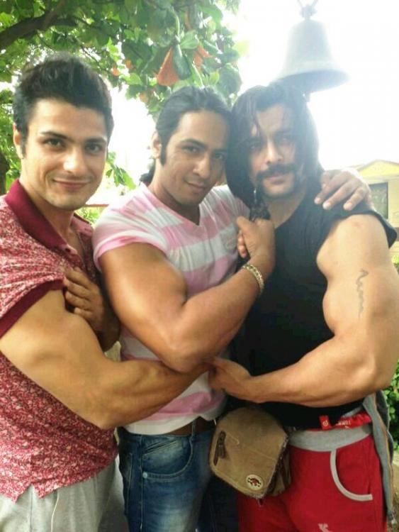 Mahabharat: This Dhritrashtra goes gymming with Nakul, parties hard with Vidur and Krishna! (View Pics) 3