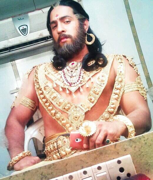 Mahabharat: This Dhritrashtra goes gymming with Nakul, parties hard with Vidur and Krishna! (View Pics) 1