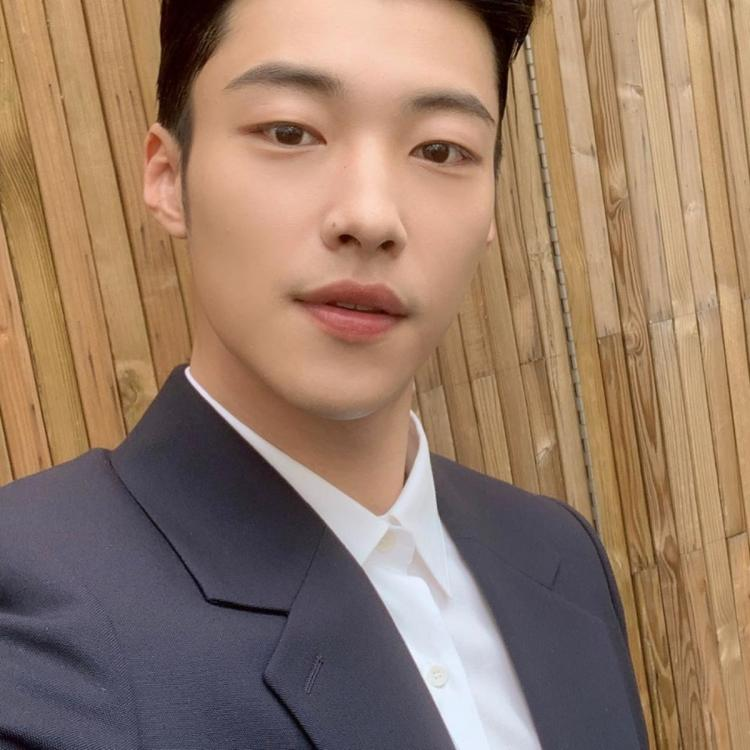 The King: Eternal Monarch star Woo Do Hwan receives a medal during military training; Fans are extremely proud